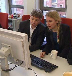 Huub Jaspers en Sanne Terlingen op de redactie van Radio Bremen