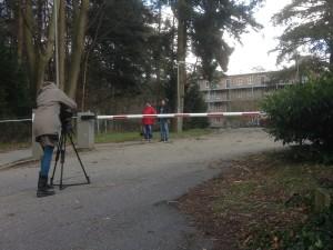 Hanna Mollers van Radio Bremen mag alleen buiten het AZC in Leersum filmen.